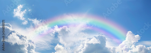 Stunning blue sky panoramic rainbow - big fluffy clouds with a giant arcing rain Billede på lærred