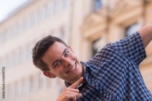 Foto Junger Mann außen mit kariertem Hemd