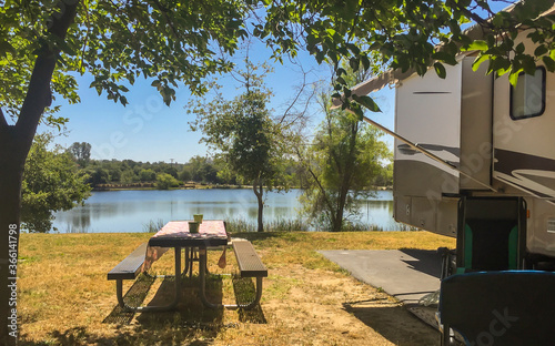 Fotografija Rv camping next to a lake on a sunny summer day