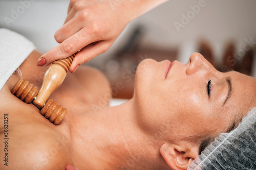 Cuadros en Lienzo Maderotherapy Anti-Aging Treatment of Woman's Neck and Torso with Wooden Roller