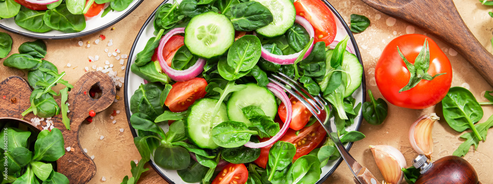 Fototapeta Spring vegan salad with spinach, cherry tomatoes, corn salad and red onion. Healthy food concept. Panoramic banner with copy space