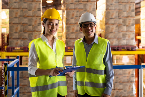 Photo Portrait of asian warehouse manager and worker