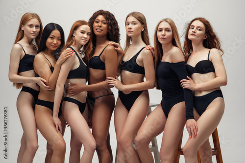 Stampa su Tela Group of women with different body and ethnicity posing together to show the woman power and strength