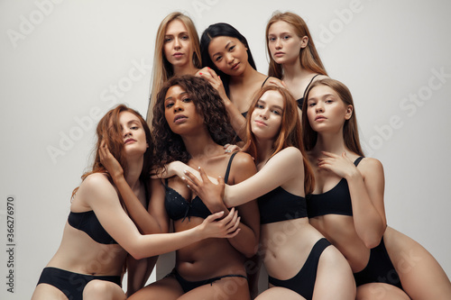 Fotografía Group of women with different body and ethnicity posing together to show the woman power and strength