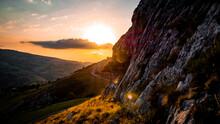Puesta De Sol Con Montaña A L...