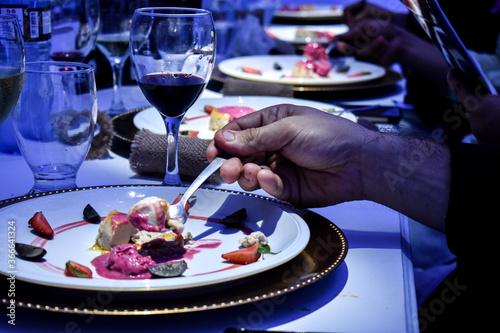 Photo Mano tomando comida de manera elegante