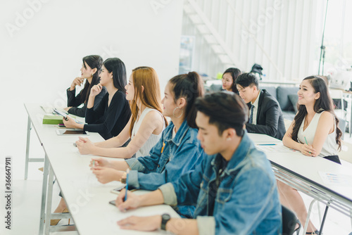 Photo Asians attend seminars and listen to lectures from speakers in the training room
