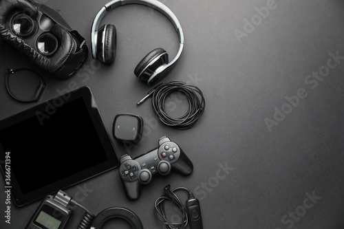 Photo Different modern devices on dark background