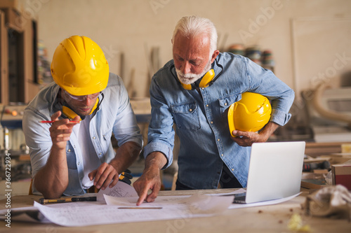 Woodworkers watching at the blueprints Fototapet