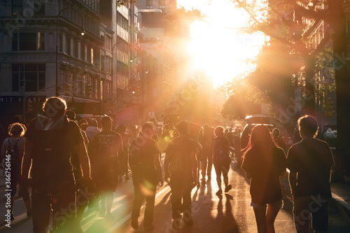 Photo New York City 2020 - Crowd of people walk into the light of sunset at a peaceful
