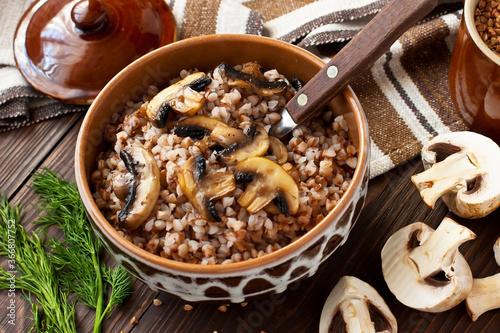 Valokuva Crumbly buckwheat  porridge with  mushrooms, food healthy