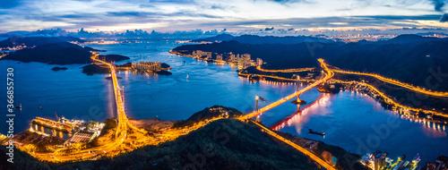 Fotografía Evening of Tsing Ma Bridge, 14th longest span suspension bridge in the world, Ho