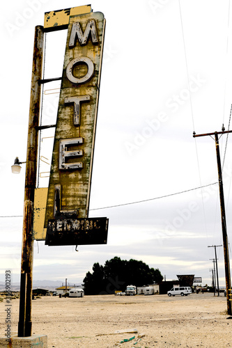 Fotografering Old Motel sign ruin along historic Route 66 in the middle of California vast Mojave desert