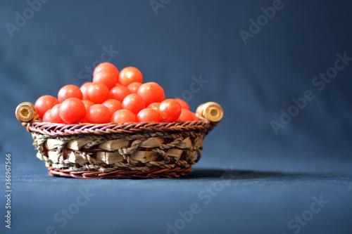 Valokuvatapetti un canestro di pomodori maturi