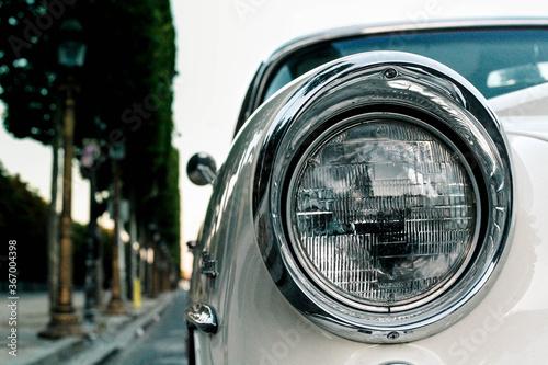 Fotomural Phare de voiture de collection de couleur blanche dans une rue de Paris près des