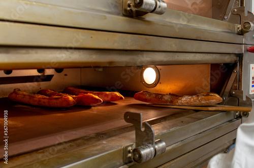 Fotografie, Obraz 業務用オーブンでパンを焼いているシーン パン屋 ベーカリー