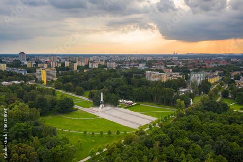 Fototapeta Tychy - pomnik walki i pracy - żyrafa - krajobraz miasta tychy -park obraz