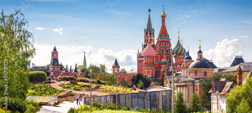 Obraz Urban landscape of Moscow, Russia. Landscaped design in Zaryadye Park near Moscow Kremlin and St Basil`s cathedral - fototapety do salonu