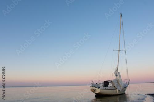 Photo beached sailboat at sunset