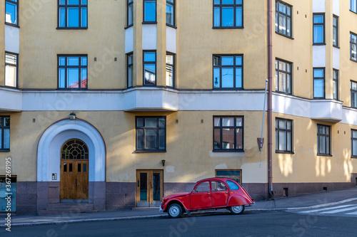 Foto Vintage Citroen 2CV parked in front of historical building in Helsinki