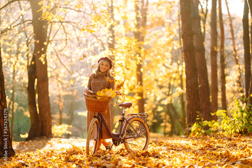 Fototapeta Нappy young woman having fun with leaves in autumn park.  - obraz na płótnie