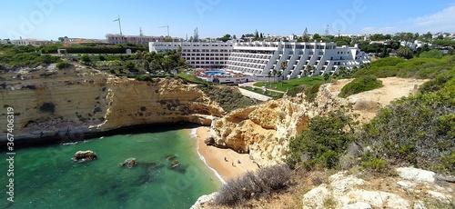 Bellissima spiaggia Vale Covo con Hotel sul mare a Carvoeiro, vicino Portimao Wallpaper Mural