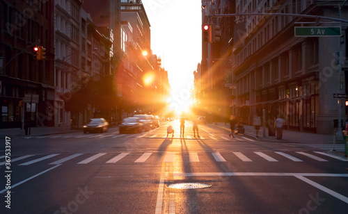 Photo People standing in the middle of the intersection at 23rd Street in New York Cit