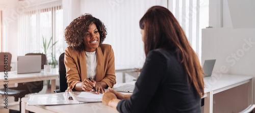 Foto Woman consulting with a female financial manager at the bank