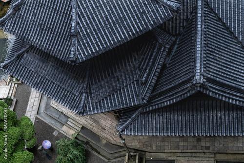 Photo 雨に濡れる京都の寺の屋根瓦