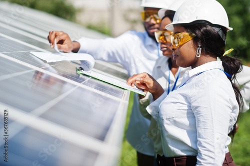 Papel de parede African american technician checks the maintenance of the solar panels