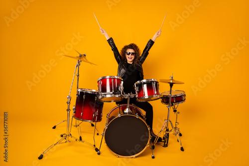 Canvastavla Full body photo of popular rocker redhair lady plays instruments raise hands dru