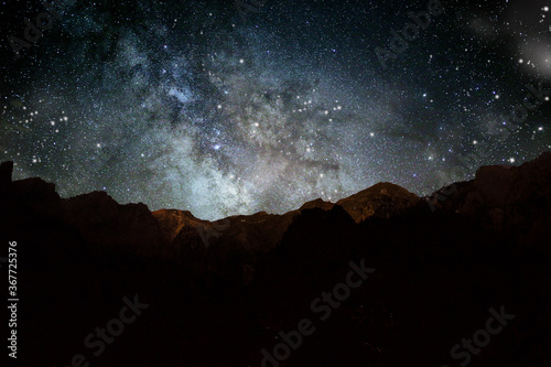 le stelle nel cielo della notte sopra i monti Wallpaper Mural