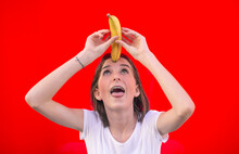 Fröhliches Mädchen Mit Banane
