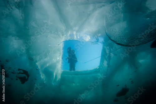 Canvastavla Diving underwater in winter