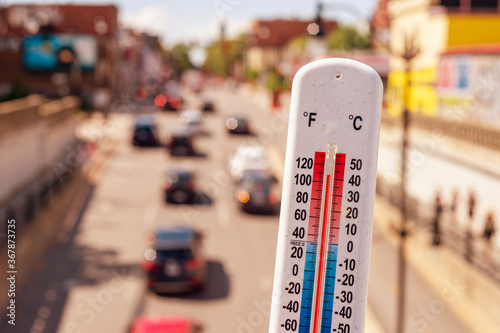 Obraz Thermometer in front of cars and traffic during heatwave in Montreal. - fototapety do salonu