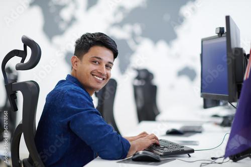 Fototapeta casual indian business man working on desktop computer obraz