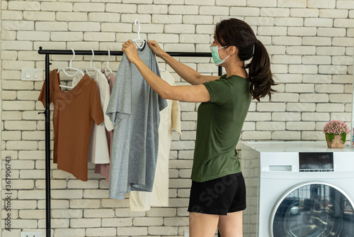 Fotografia Young woman doing laundry at home.