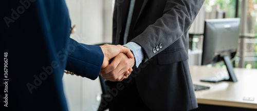 Photo Business people shaking hand together in the office.