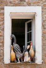 Pitoreskes Fenster, Dekoriert Mit Tierischen Holzfiguren