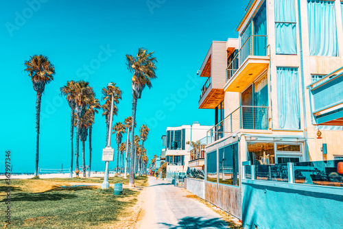 Foto Famous Los Angeles Beach - Venice Beach with people.