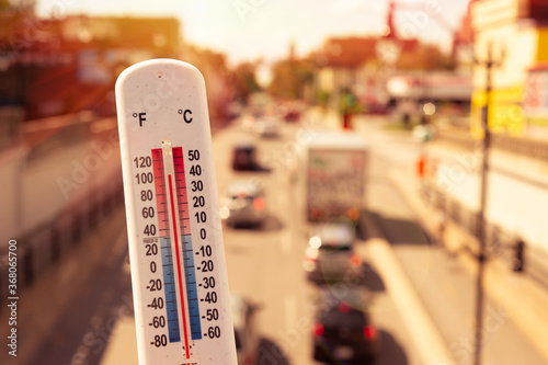 Thermometer in front of cars and traffic during heatwave in Montreal Fototapete