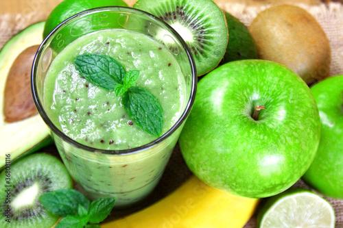 Smoothie z zielonych owoców z miętą