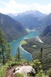 Blick auf den Königssee und St. Bartholomä. Nationalpark Berchtesgadener Land. Bayern. Deutschland