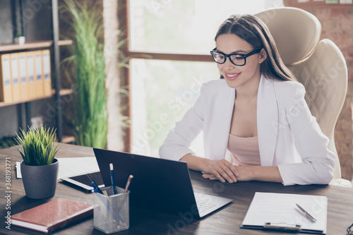 Valokuvatapetti Photo of attractive business lady look screen notebook table remote work staff s
