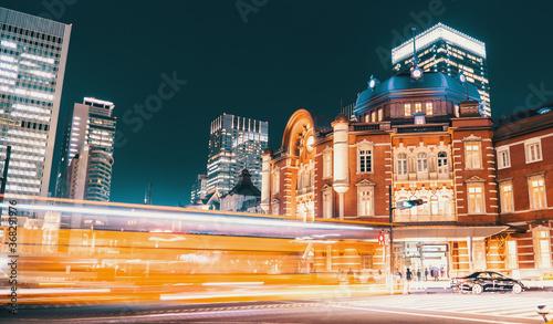Fotomural Tokyo station at night in Tokyo, Japan
