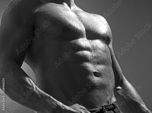Photo Strong athletic man - fitness model showing his perfect abs.