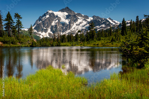 Obraz Picture Lake with Mount Shuksan in the Background. This Lake is the centerpiece of a strikingly beautiful landscape in the Heather Meadows area of the Mt. Baker recreation area. - fototapety do salonu
