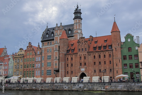 Fototapety, obrazy: Gdańsk (Polska) - zabytkowa zabudowa z czerwonej cegły nad Motławą.