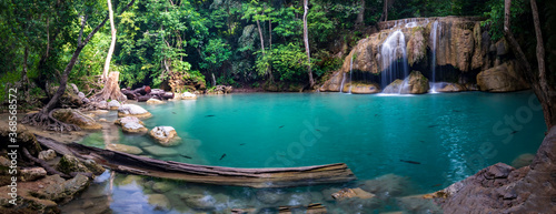 Fotografia Panorama photo of erawan waterfall in the tropical jungle surrounded by a natural with turquoise clear fresh water and green forest in kanchanaburi, thailand