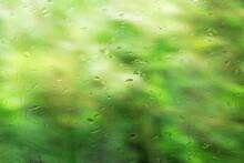 雨の水滴が付いた窓ガ...